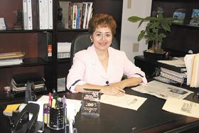 <!--:es-->Silvia Chapa At Work In Her Busy Office<!--:-->