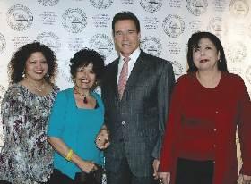 <!--:es-->Fotografías del Gobernador Schwarzenegger Felicitando a Mujeres que Recibieron el Reconocimiento Minerva durante la Conferencia de Mujeres del Gobernador y La Primera Dama<!--:-->
