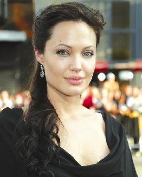 <!--:es-->Angelina Jolie lleva intensa vida familiar, con sus hijos y Pitt<!--:-->