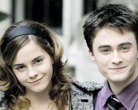 <!--:es-->Captan en cita romántica  a protagonistas de Harry Potter<!--:-->