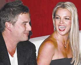 <!--:es-->Britney, ¿prepara boda con su agente?<!--:-->