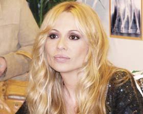 <!--:es-->Marta Sánchez confirma separación de esposo<!--:-->