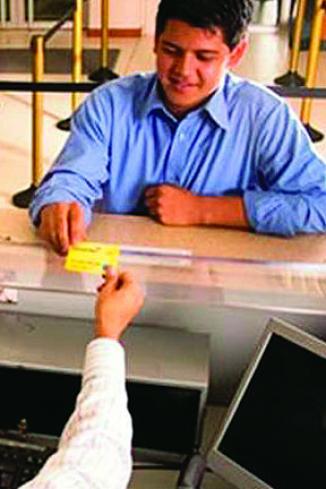 <!--:es-->Hispanos en EEUU más propensos a pagar comisiones bancarias<!--:-->