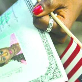 <!--:es-->Migrantes podrán pagar ciudadanía con tarjeta de crédito<!--:-->