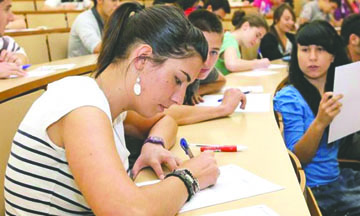 <!--:es-->Estudiantes Indocumentados no utilizan becas por falta de Información<!--:-->