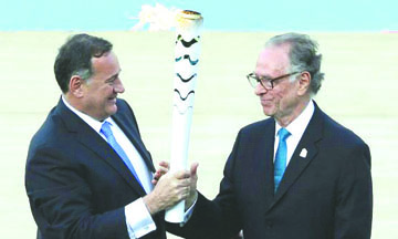 Entregan fuego olímpico a Brasil