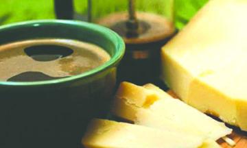 Vino, queso y café contribuyen a bajar de peso, afirma científico