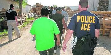 EFE/EUA CARIBE SHM15 MIAMI (FL, EEUU), 23/12/2008.- FotografÌa de archivo de una redada de trabajadores indocumentados por parte de funcionarios del ICE (Servicio de InmigraciÛn y Aduanas). Las autoridades de InmigraciÛn anunciaron hoy la detenciÛn de 110 inmigrantes indocumentados en Florida tras una operaciÛn de cinco dÌas. La operaciÛn concluyÛ el viernes pasado con el arresto de 47 inmigrantes en el condado de Miami-Dade, 30 en Broward, 15 en Palm Beach, 11 en la ciudad de Tampa y otros siete en Orlando. Del total de los detenidos, 81 de ellos eran fugitivos sobre los que pesaba una orden de deportaciÛn y otros 29 eran buscados por violaciones del estatus migratorio. Adem·s, 24 de los detenidos tenÌan antecedentes penales con cargos por posesiÛn de drogas, conducta desordenada, delitos sexuales, resistencia a la autoridad con violencia, fraude a la seguridad social, robo y conducta lasciva. EFE/USO EDITORIAL SOLAMENTE/NO VENTAS