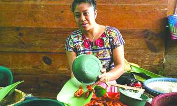 Un pueblo Indígena cambia las bolsas de plástico por hojas de plátano