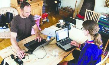 Hoffice: los suecos que cambian la oficina por la sala de la casa de un extraño