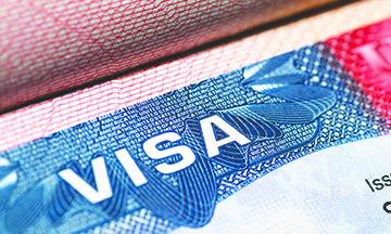 El servicio de Inmigración suspende la vía rápida para  tramitar las visas H-1B
