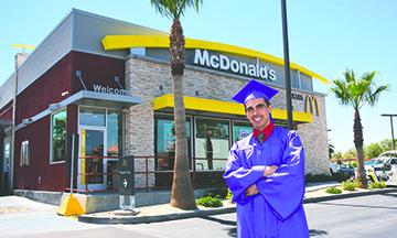 McDonald's de Palm Springs ayuda ha su empleado a terminar la Secundaria, celebrando su Graduación