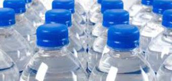 ¿Es seguro reutilizar las botellas de agua de plástico?