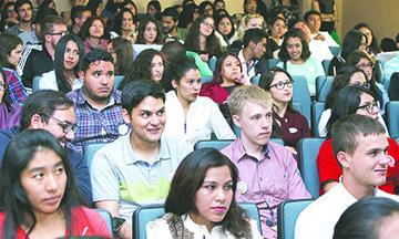 Estudiantes extranjeros que aguardan visas H-1B enfrentan vacío procesal que los puede dejar sin permiso de trabajo