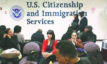 """USCIS realiza ajuste para inmigrantes que buscan remover condicionantes a su """"green card"""""""