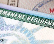 """Si eres portador de """"Green Card"""" podrías recibir un mensaje de USCIS"""