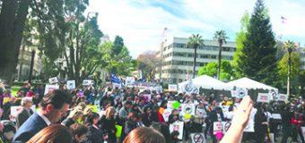 Cientos de Padres reunidos en el Capitolio se Manifestaron en Contra de la Ley AB329