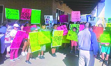 Miles de Padres de California, en 47 Condados Participaron en un Plantón y Protesta