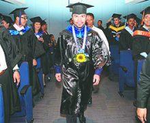 A los 40 años, ¡Manny Pacquiao se gradúa de la Universidad!