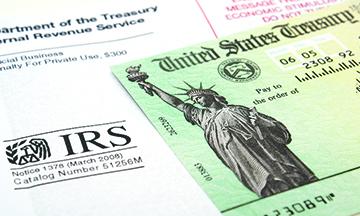 """La alerta para ciertos portadores de """"green card"""" y reportes de impuestos a IRS"""