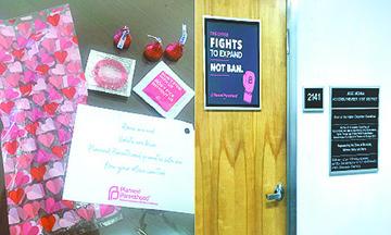 Planned Parenthood Entrega Bolsitas de Regalo y una Sutil Amenaza a los Legisladores de California en el Día de San Valentín