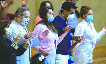 Después de Fuertes Reprimendas de la Corte Suprema, Newsom Abandona Silenciosamente la Prohibición de Cantar en las Iglesias