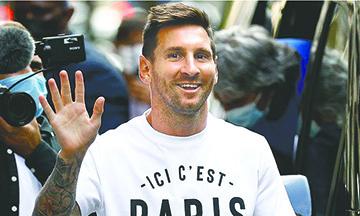 Lionel Messi pasó la revisión médica y visitó el estadio del PSG