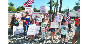 Miles de Padres Participan en un Plantón Estatal Oponiéndose a los Mandatos del Gobierno